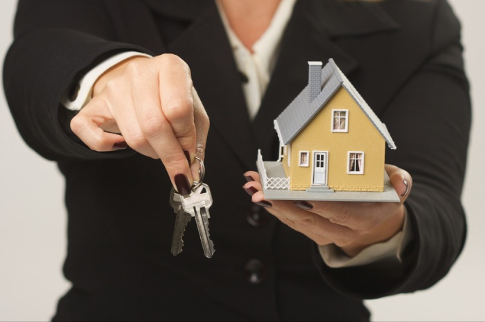 House and Keys in Female Hands - Fonte: Microsoft Office
